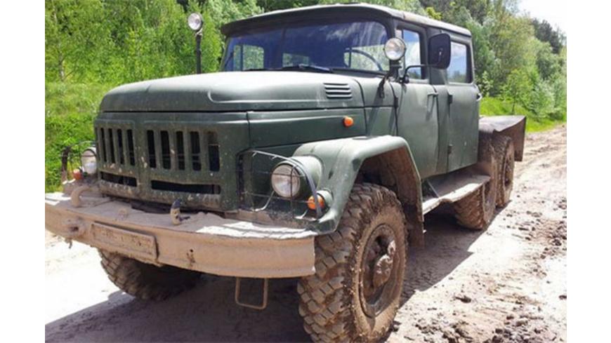 ZIL 131 Militärtruck im Gelände fahren bei Ilmenau