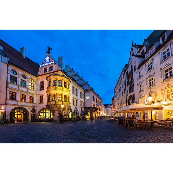 Erlebnistag: Candle Light Dinner & Fackel-Stadtführung in München für 2